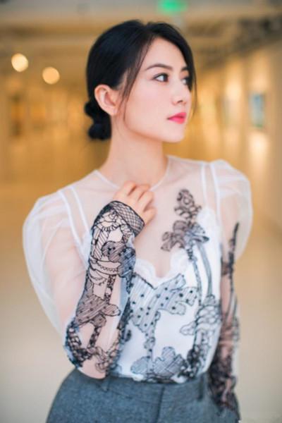 高圆圆街拍造型示范 一身薄纱透视装女神范十足