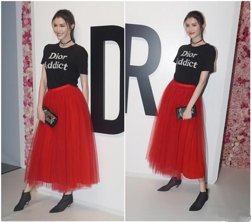 迪丽热巴撞衫高俊熙 同穿黑T红裙套装谁更美