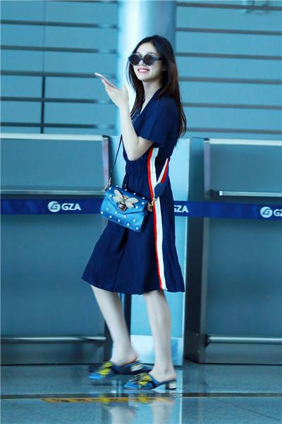 林允机场街拍造型示范 简约深色连衣裙简约又时尚