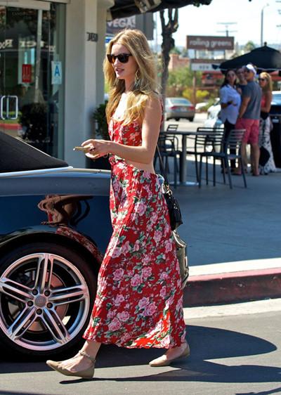 撩人夏季如何穿衣搭配 来条印花连衣裙优雅又甜美
