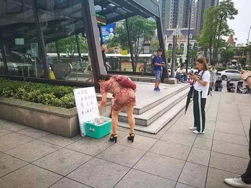 杭州地铁口现零钱盒供路人取用 行动是一次公益活动