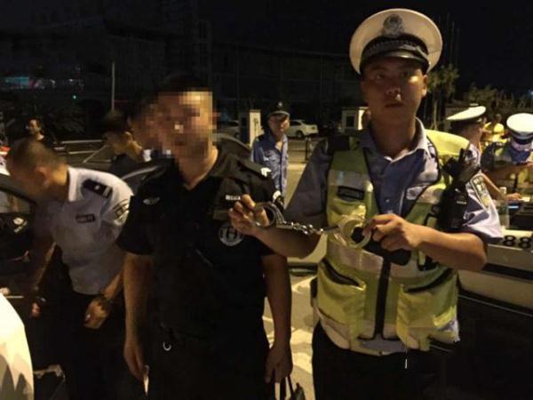 假警察开假警车被真警察抓 为了就上百只狗被行政拘留