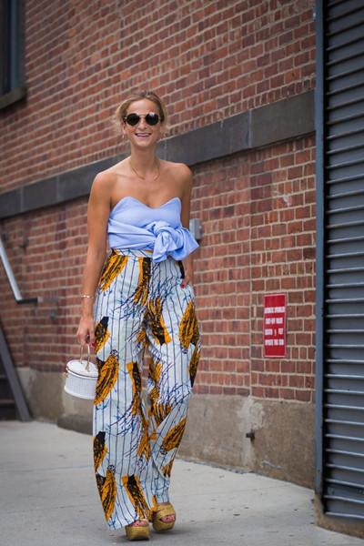夏日穿衣搭配技巧示范 印花裤完美演绎出各种风情感