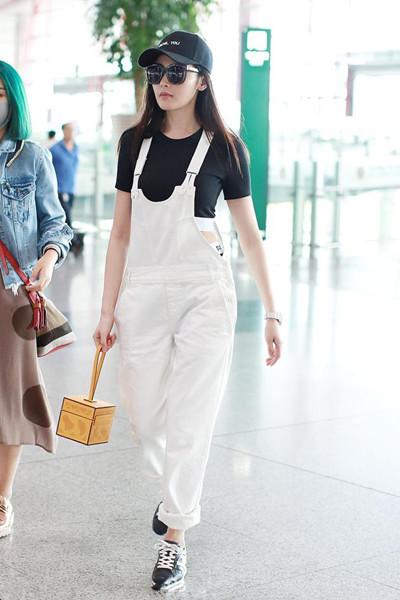 张天爱机场街拍造型示范 白色背带裤+短款T恤潮范十足