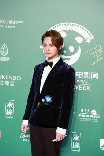 尹正穿衣搭配复古丝绒礼服亮相上海国际绿色电影周