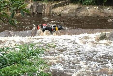 桂林峡谷突发山洪 30名被困孤岛的游客获救