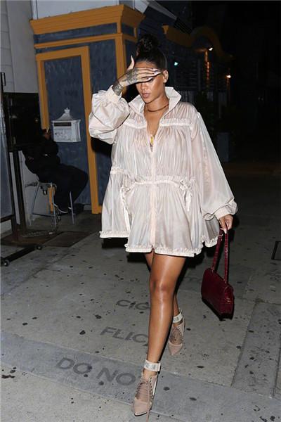 Rihanna穿衣搭配技巧示范 浮夸大裙摆演绎气场一米八