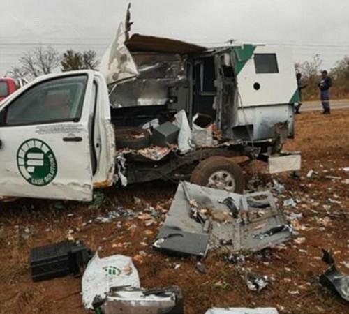 运钞车被劫匪炸开 车的一边和车顶完全被炸飞