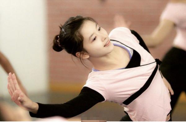 章泽天跳舞旧照曝光 奶茶妹妹清纯水嫩身材和气质都是绝佳