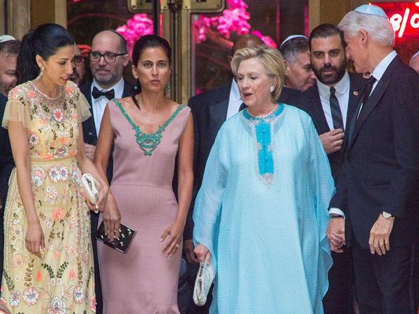 希拉里现身富豪婚礼 特朗普小女儿也盛装到场