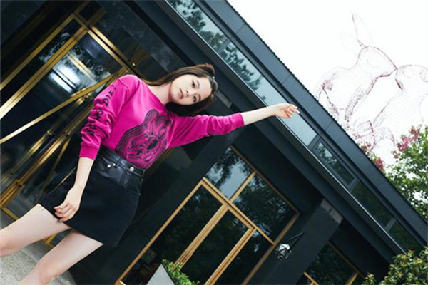 欧阳娜娜最新街拍示范 印花卫衣+高腰短裙尽显大长腿