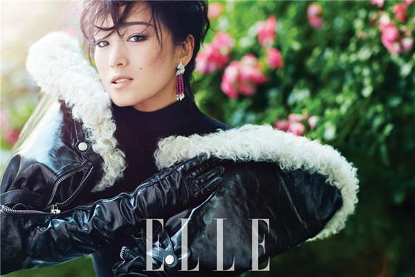 巩俐登上《ELLE》杂志九月刊封面 基础黑白搭霸气十足