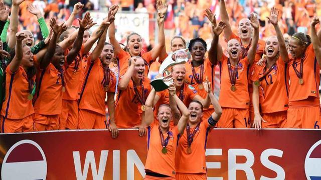 东道主荷兰队4-2力克丹麦 首次夺得了冠军奖杯