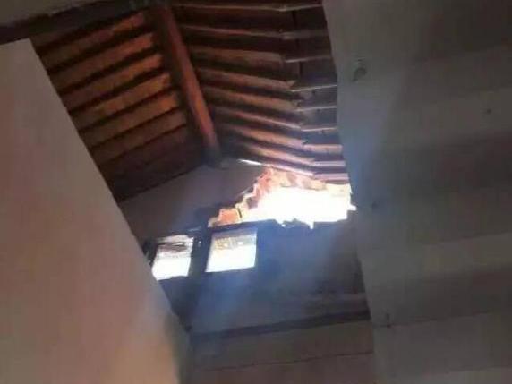 民房被雷击穿现大窟窿 整个房子变得面目全非