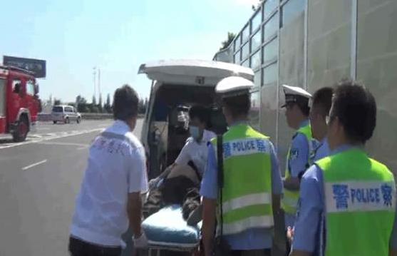 油罐车高速侧翻发生泄漏 谨慎驾驶安全通过避免事故发生