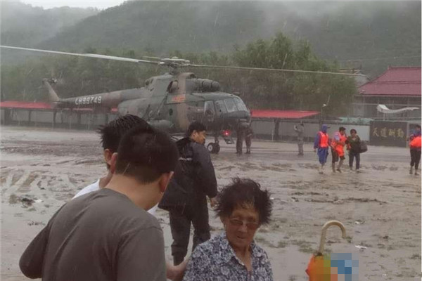 3架私人直升机成功解救辽宁岫岩地区几千名受困群众