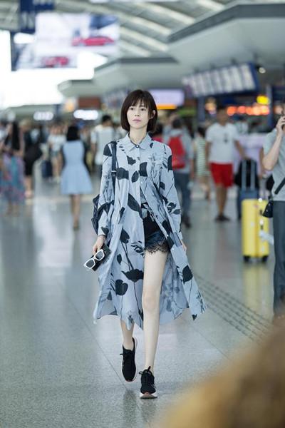 卢杉机场街拍造型曝光 条纹长款衬衫尽显大长腿