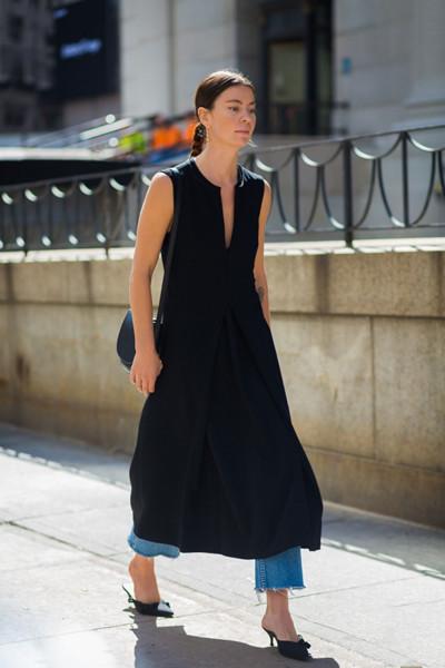欧美达人穿衣搭配示范 无袖连衣裙显瘦又具女人味