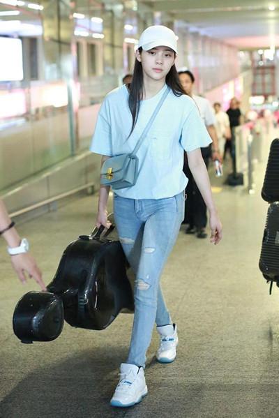 欧阳娜娜机场街拍示范 T恤配牛仔裤休闲范儿十足