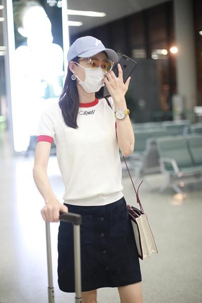 """王丽坤街拍造型示范 白T配短裙秀""""筷子腿"""""""