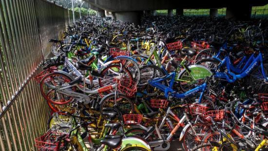 """高架堆积共享单车 企业成本加大共享单车将告别""""野蛮时代"""""""