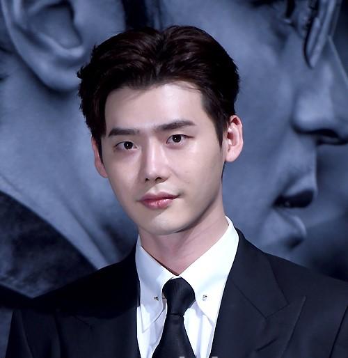 李钟硕与经纪公司YG意见差异 粉丝见面会将被推迟到明年
