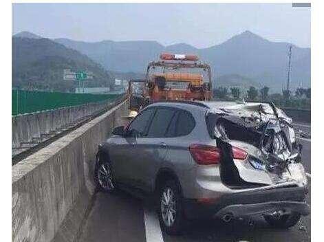 高速公路龟速行驶车被撞烂 急刹车造成追尾事故