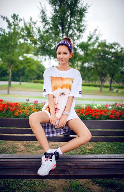 夏日服装流行趋势示范 T恤也能穿出性感撩人风