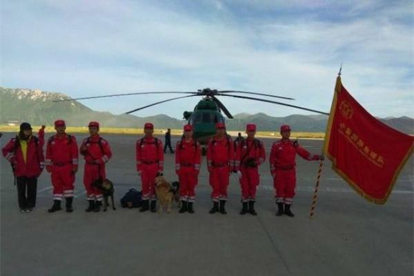 陆航私人直升机搭载国家地震救援队飞赴九寨沟救援
