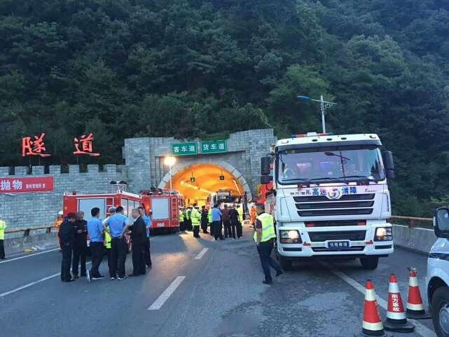 陕西高速隧道36死现场 大客车撞到隧道墙壁车身扭曲成废铁