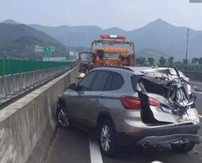 龟速行驶车被撞烂 低于最低限速是60千米/小时