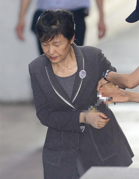 朴槿惠庭审时旁听大叔高喊要提问 被拘押审问罚款50万韩元