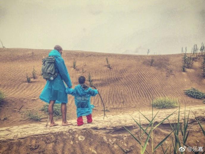 """8月10日,乐嘉晒出他带4岁女儿沙漠徒步的照片,配文""""两个流浪的人(带着女儿四天徒步沙漠,辛苦已逝,美妙长存)。""""乐嘉对女儿严苛的教育方式也引发了网友的争议,有人认为这对孩子会有深远的影响,也有人认为这是在折磨孩子。"""