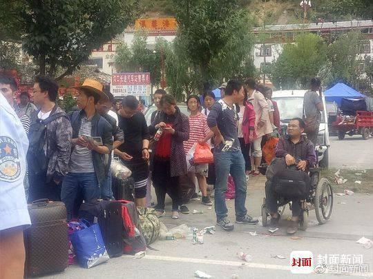 九寨沟地震中的生死离合 夫妇带11岁儿子的骨灰回家