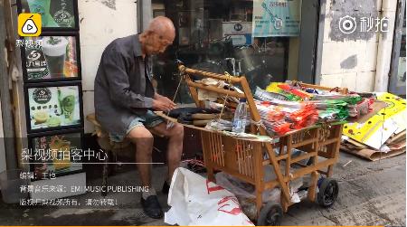 107岁爷爷冒暑推车卖鞋垫 子女都去哪了?