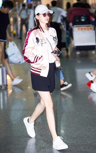 王子文机场街拍示范 棒球外套配黑短裤大秀美腿