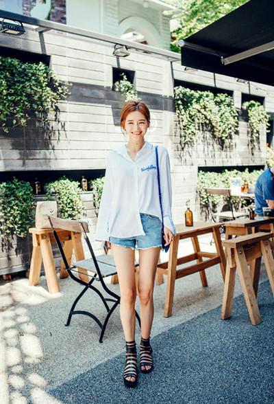 夏日服装流行趋势示范 衬衫搭配牛仔造型层出不穷