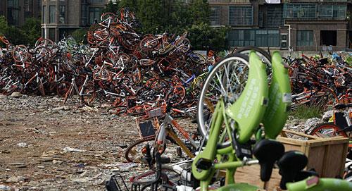 南昌现共享单车坟场 均是占道违停暂扣的车辆