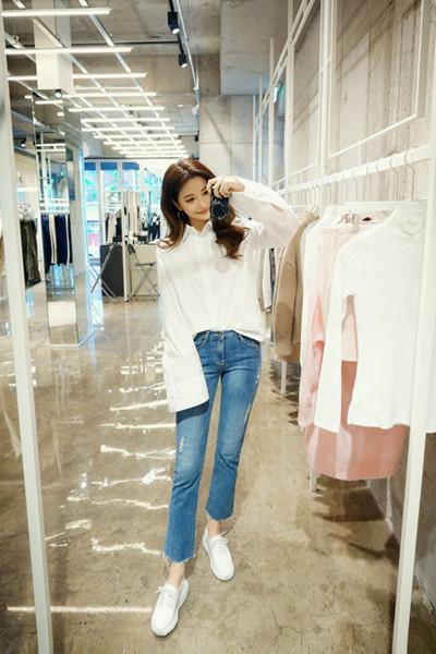 时尚达人穿衣搭配示范 衬衫+牛仔裤高街又时髦