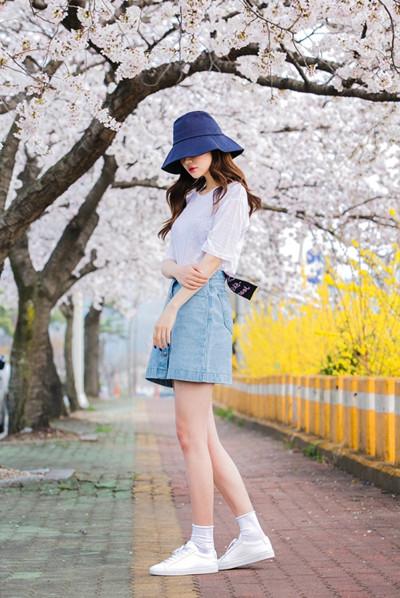 时尚达人穿衣搭配示范 一件浅蓝色牛仔裙让你秒变少女风
