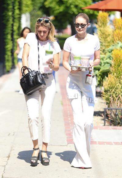 Gigi Hadid夏季街拍示范 全白look也能清新撩人