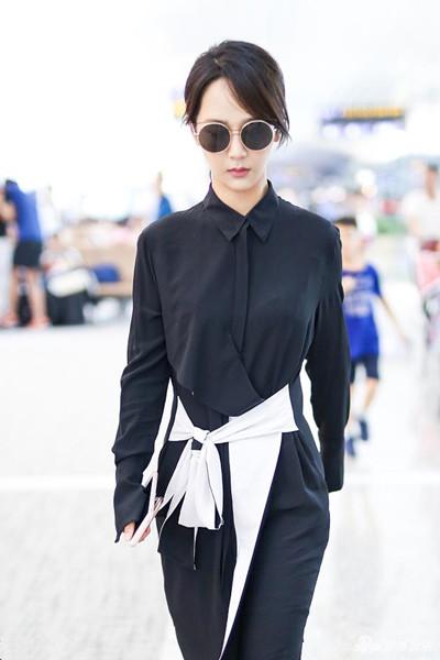 杨紫机场街拍造型示范 干练黑白装上身气场全开