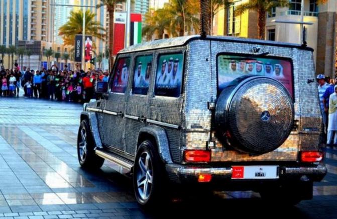 迪拜土豪玩出新花样 车身贴满了银币