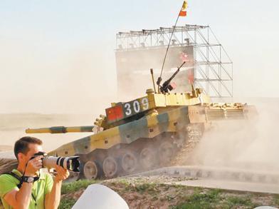 坦克赛印军趴窝退出 中国参赛队员驾驶国产96B型坦克跨越障碍