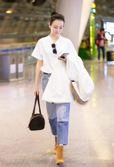 王鸥机场街拍造型示范 宽松白T+牛仔裤简约又时髦