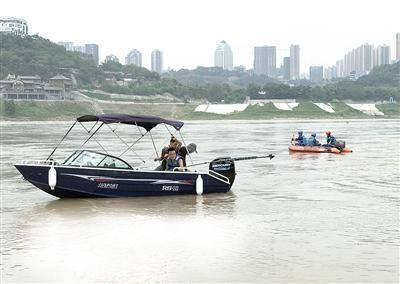 男子无视警示江边洗车 驾驶员和车辆滑入水中撞船后下沉失踪