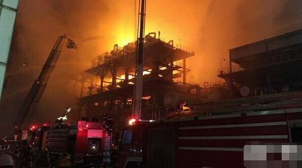 中石油大连石化分公司起火(图) 暂无人员伤亡报告