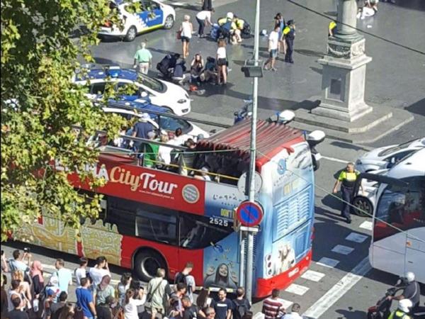 巴塞罗那恐怖袭击 司机驾车冲向人行道碾压多名市民