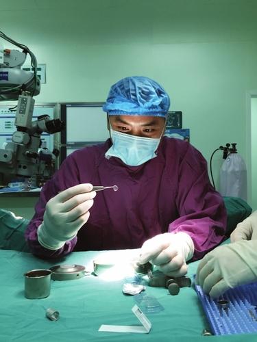 男子移植猪眼角膜 原本模糊的视力得到显著恢复