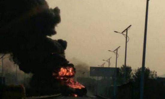 济南高速4车追尾 其中一辆油罐车着火